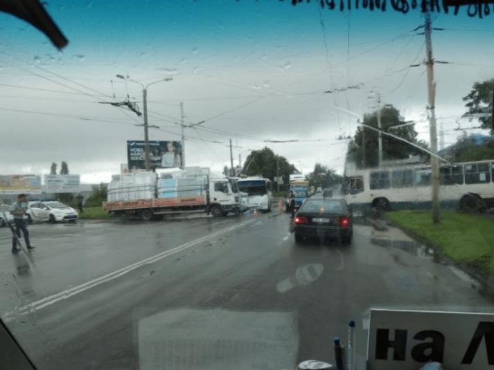 У Луцьку маршрутка врізалась у вантажівку