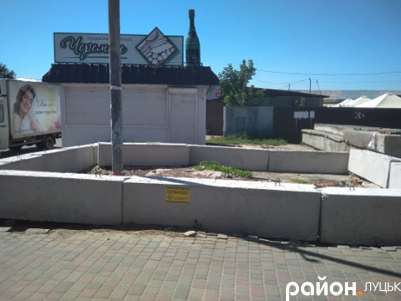 Знесуть бетонні блоки, які на автостанції №1 встановило керівництво