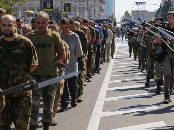 «Коридор ганьби» українських війсбковополонених, який влаштували окупанти в Донецьку 24 серпня 2014 року