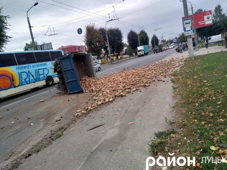 Аварія в Луцьку: відірвані шасі та перевернута вантажівка