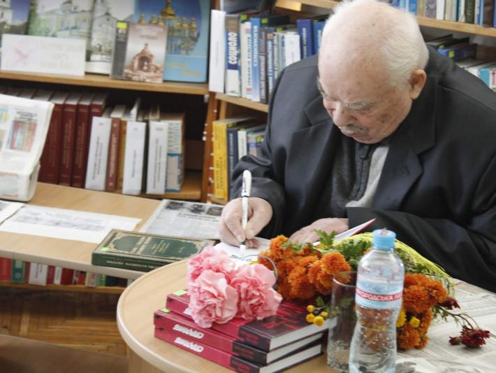 У Маневичах презентували книгу Петра Мосійчука «Спротив»
