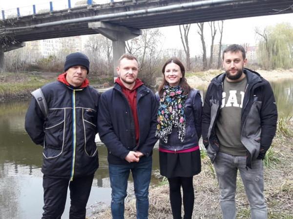 Рятівники дідуся з речницею волинських патрульних Ольгою Бузулук