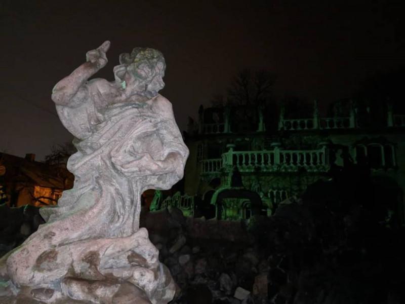 скульптури поблизу будинку Миколи Голованя
