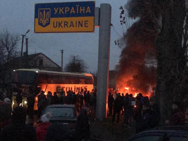 Біля МПП «Устилуг» запалили шини, акція протесту продовжується