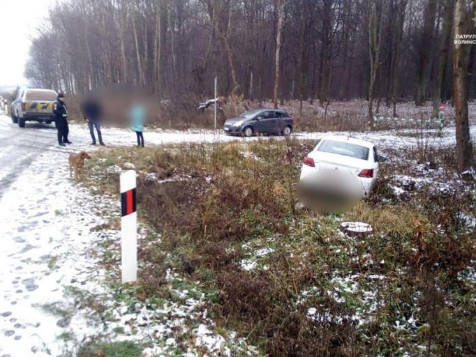 На трасі Устилуг-Луцьк-Рівне авто злетіло у кювет