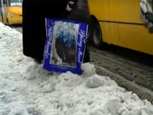 Сніг на луцькій зупинці