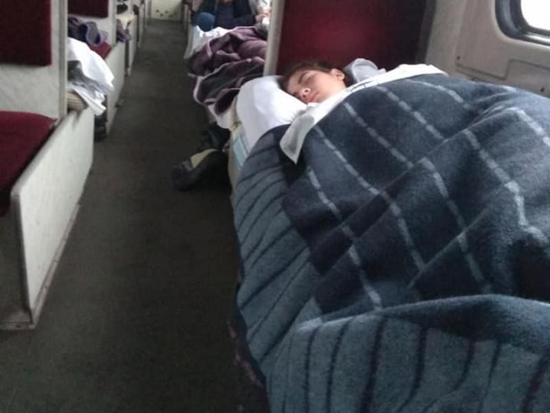 вагонах поїзду «Ковель – Харків» пасажири спали, укутавшись у три ковдри.