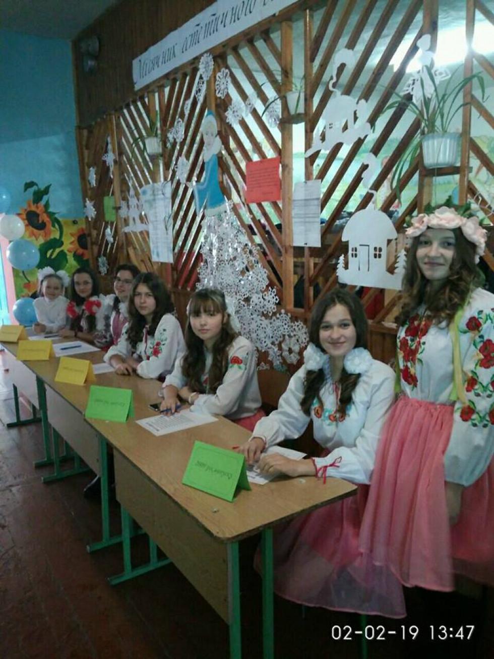 Школярки зустрічають випускників