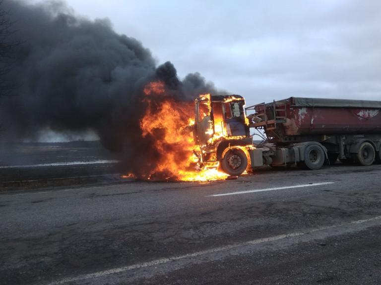 Поблизу села Соловичі загорілася вантажівка