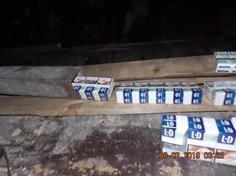 На «Ягодині» у панелі підлоги напівпричепа знайшли контрабандне куриво