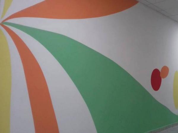 Показали світлини як у школі Старого Чорторийська працівники розписують стіни