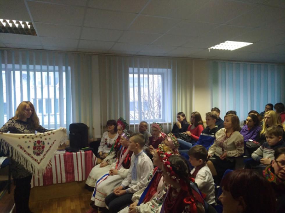 Про тематику виставки, традиції та особливості старовинного волинського одягу дітям розповіли культурологи, мистецтвознавці та історики
