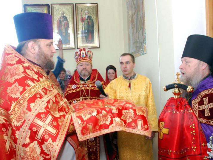 Протоієрей Володимир Бірук зустрічає Нафанаїла під час освячення церкви