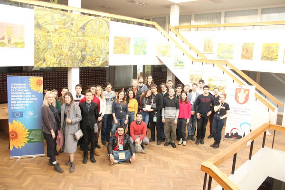 Спільне фото учасників дебатів