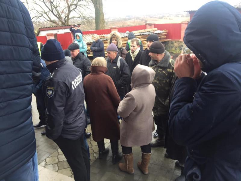 У Кульчині віряни Московського патріархату не впускали прихильників ПЦУ до храму