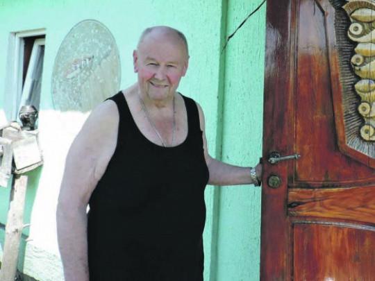 Герберт Гавер біля своєї хатини