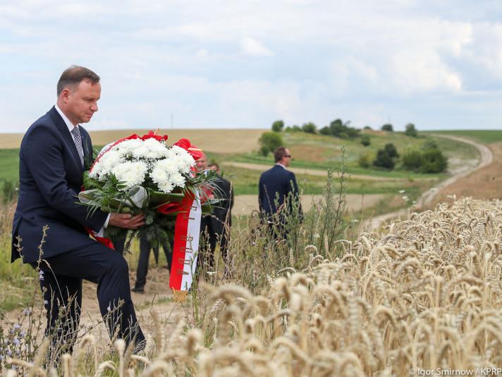 Президент Польщі Анджей Дуда покладає квіти на осаді Покута