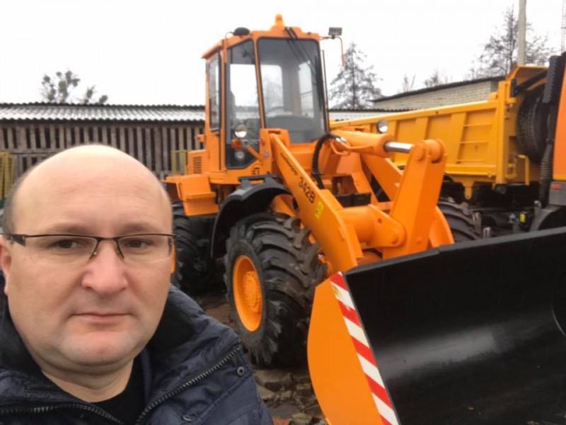 Олег Кух і новенький навантажувач у Любешівській громаді