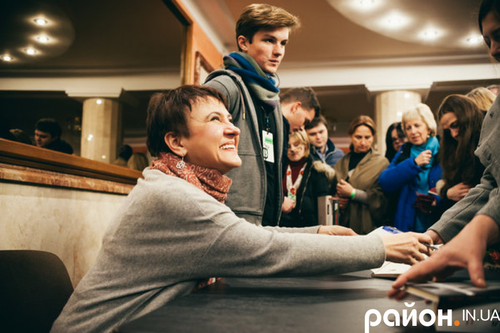 Оксана Забужко підписує читачам книги