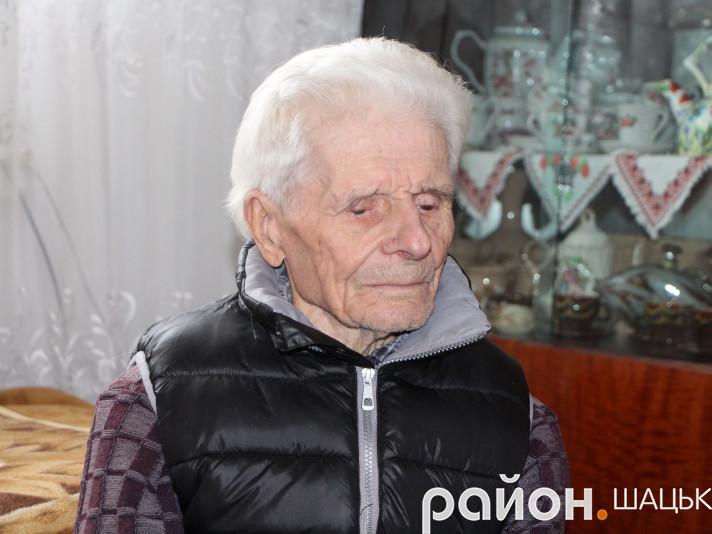 90-річний дідусь Віктор все життя не їсть м'яса і риби