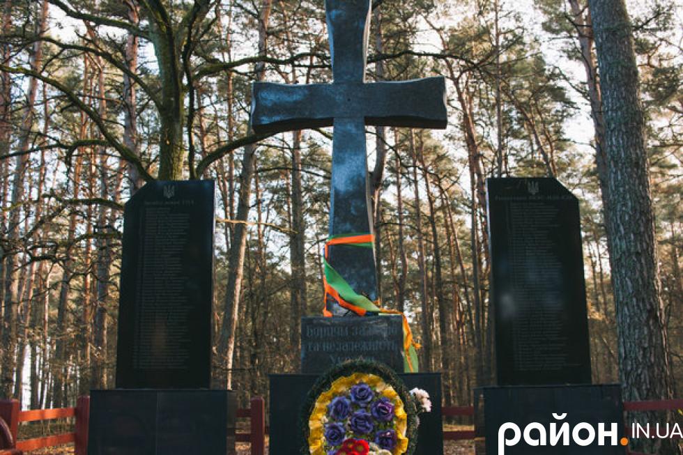 З правого боку при в'їзді у Скулин стоїть хрест зі стелами з обох боків.