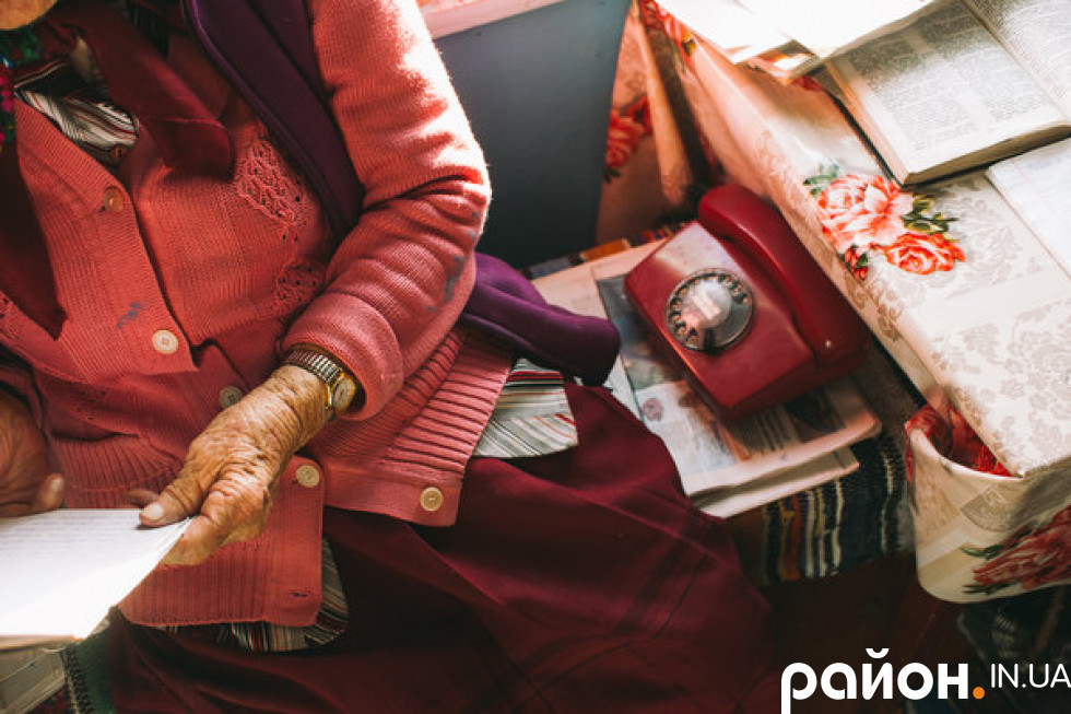 Бабуся дивиться на старенький стаціонарний телефон і з легкою усмішкою згадує про дочку