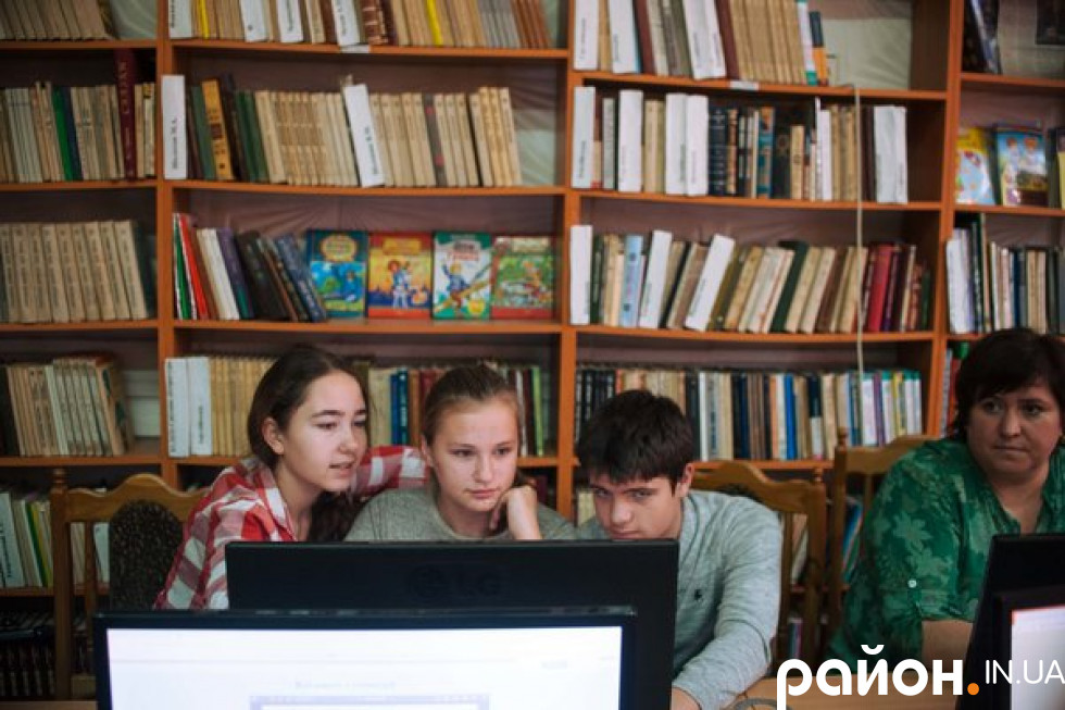 Вчителька математики Наталія Гаврилюк (справа) на уроці геометрії влаштувала дітям квест