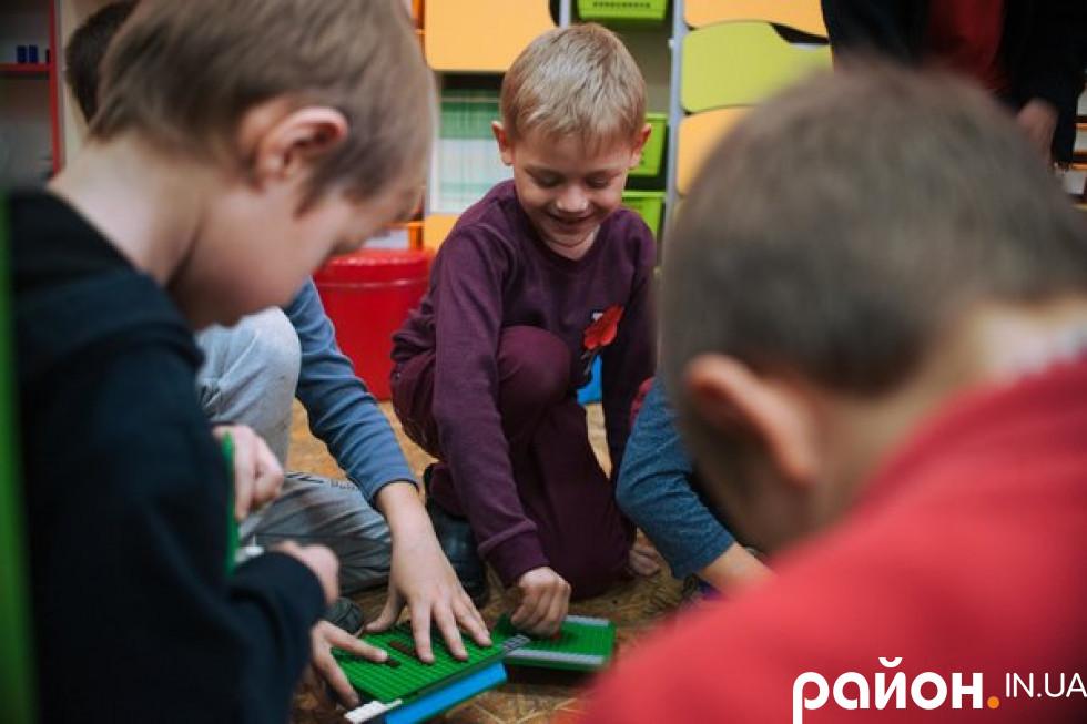 Тепер школу відвідувати веселіше, адже там вони можуть займатися своєю провідною діяльністю