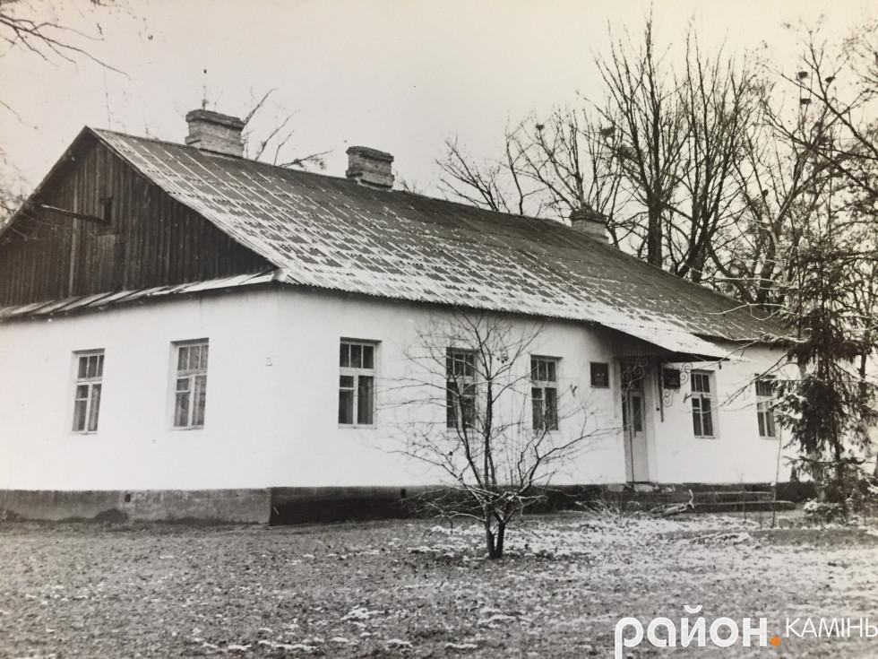 Музична школа в Камені-Каширському. 70- і роки. У міжвоєнному Камені то був один з будинків староства. Нині на цьому місці міська школа-гімназія №2. Фото з архіву школи мистецтв.