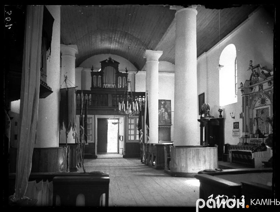 Інтерєр костелу в Камінь-Коширському. Вдалині видніється орган і хори. Фото 1929 р.