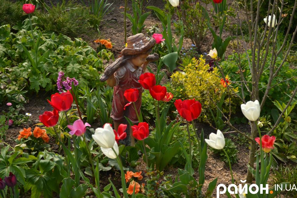 На території зоопарк багато квітів