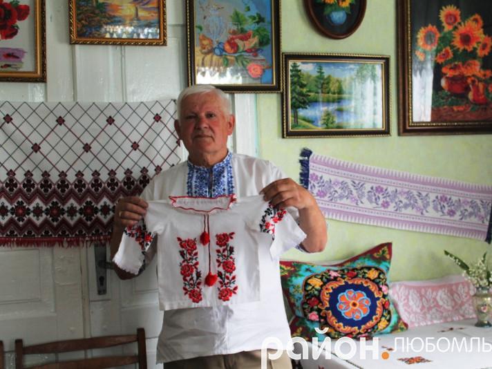 Микола Гриценко сорочку-оберіг вишив маленькій внучці Анастасії.