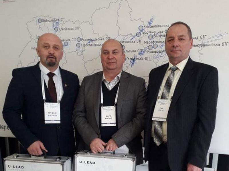 Голова Демидівської ОТГ Віктор Іщук (у центрі) отримує обладнання для енергоменеджера
