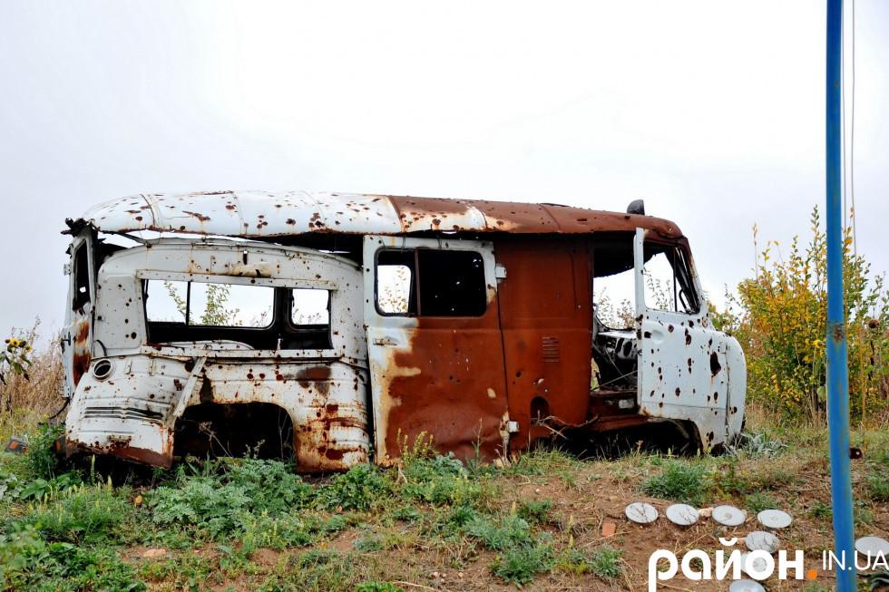 Старий автобус, підбитий незаконними збройними формуваннями «ДНР»