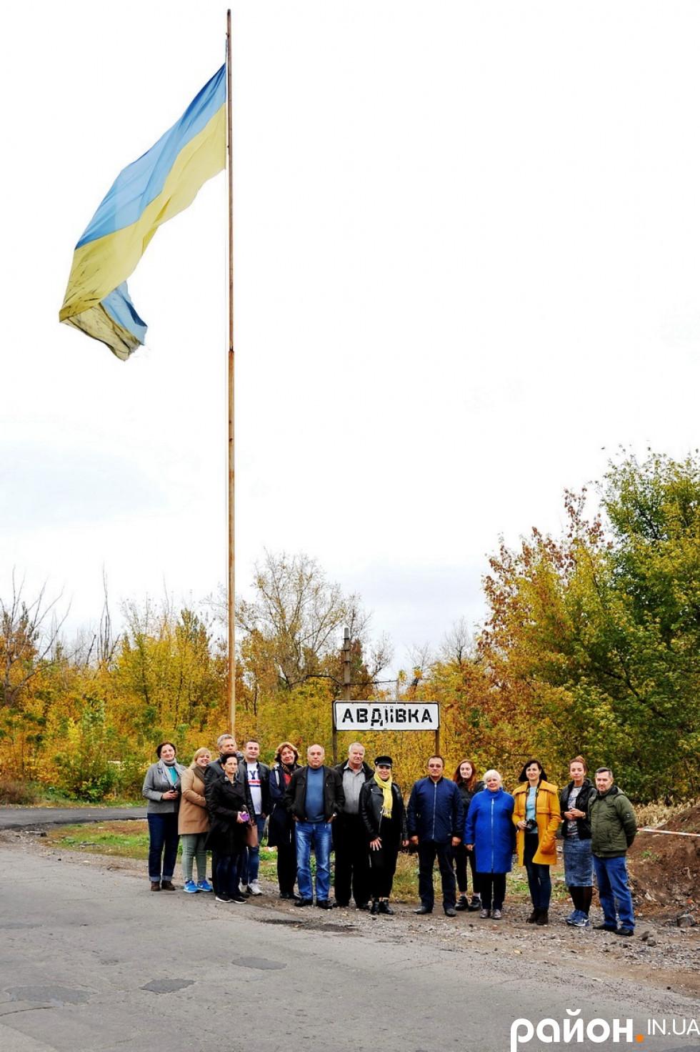 При в'їзді у прифронтову Авдіївку увагу привертає засмальцьований жовто-блакитний прапор.