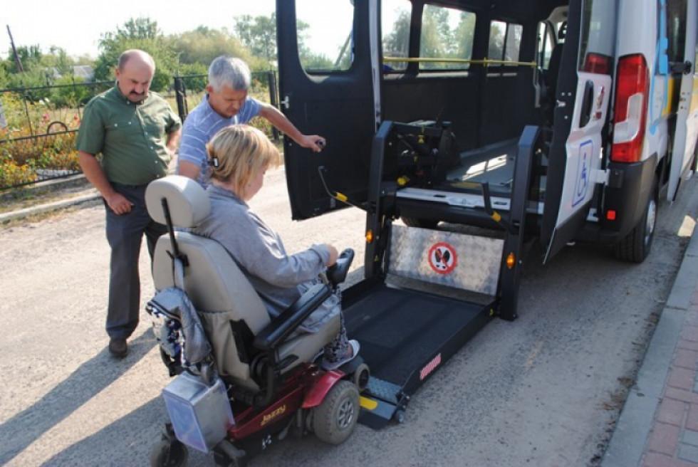 Люди з інвалідністю випробовують спецавто