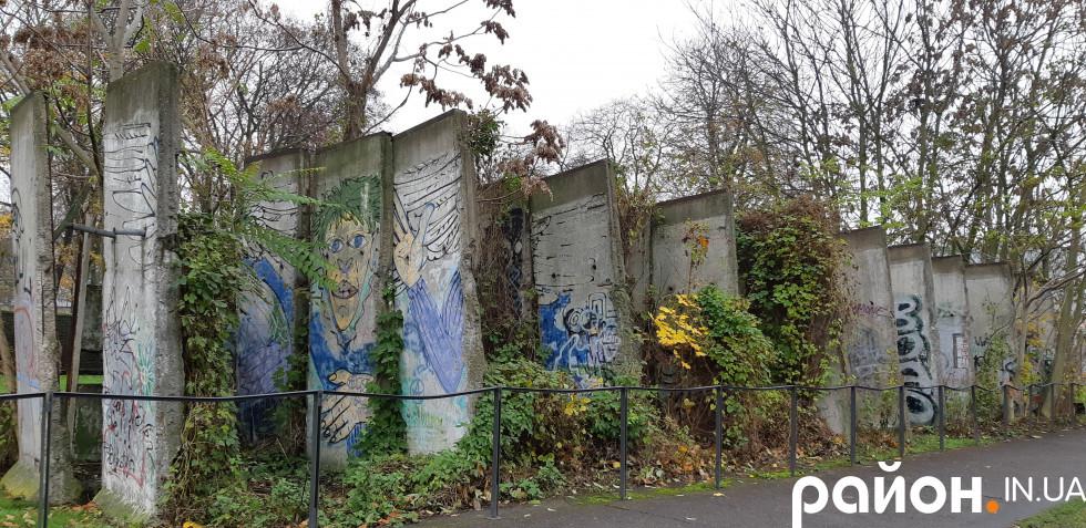 Влада НДР 28 років будувала мур, який не витримав пориву до волі