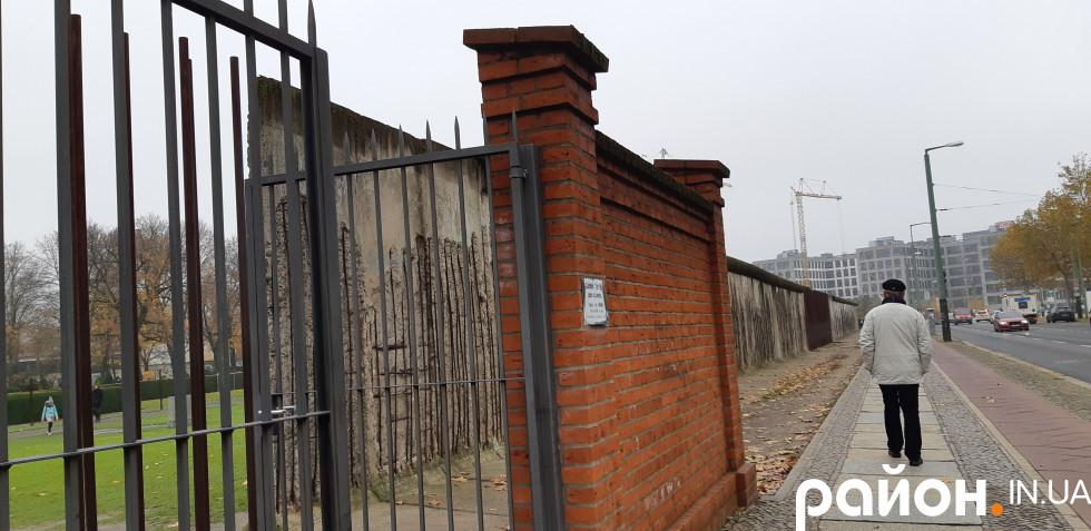 Цегляна стіна, яка вписалася у конструкцію Берлінського муру раніше слугувала огороджею міського цвинтаря. Надгробки допомагали втікачам пробратися у Західний Берлін непоміченими, тому влада НДР перенесла цвинтар, а територію ідеально вирівняла