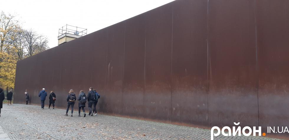 Станом на 1989 рік Берлінська стіна була кількарівневою фортифікацією і стала зовсім неприступною
