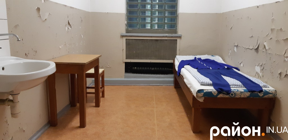 Камери зазвичай були одиночні, а поговорити після тривалого усамітнення в'язні могли тільки зі слідчим