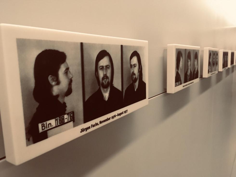 Портрети колишніх жертв Штазі в музеї тюрми