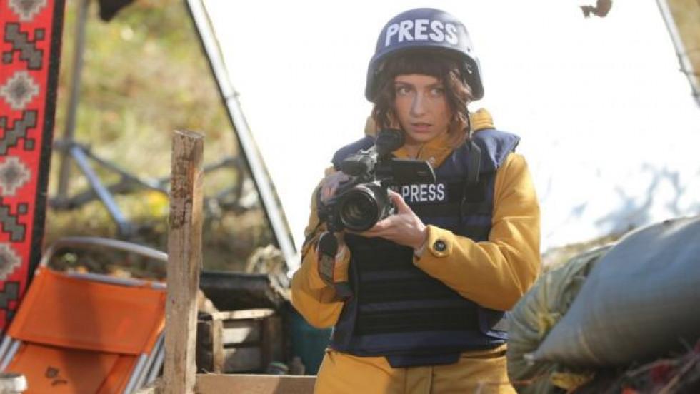 Журналістка Оля на початку фільму мріє отримати Пулітцерівську премію за інтерв'ю з сепаратистами