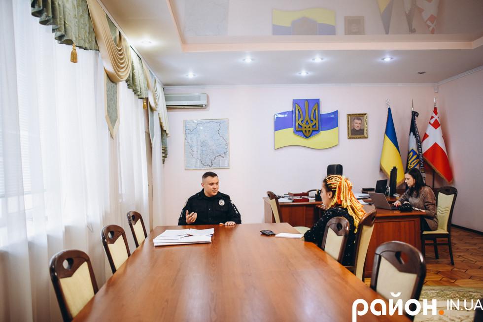 У кабінеті головного поліцейського дуже просторо