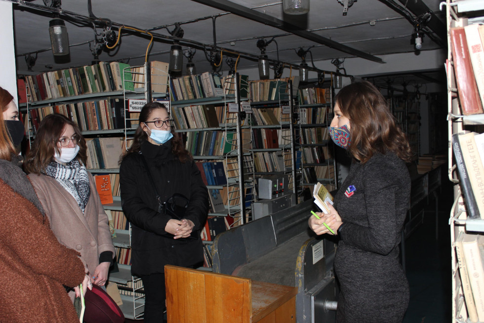 Культурологи з ВНУ на екскурсії бібліотекою. Фото Юлії Тарадюк