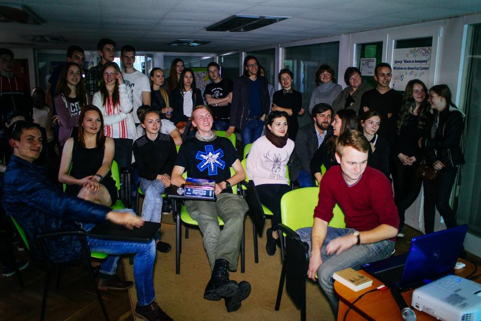 На одній із вечорок молодь переглядає відео. Джерело: фейсбук-сторінка проєкту «Культурна вечорка»